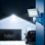 Reflektor diodowy wymaga mniej niż 15 Watt by oświetlić otoczenie domu, fot. Steinel