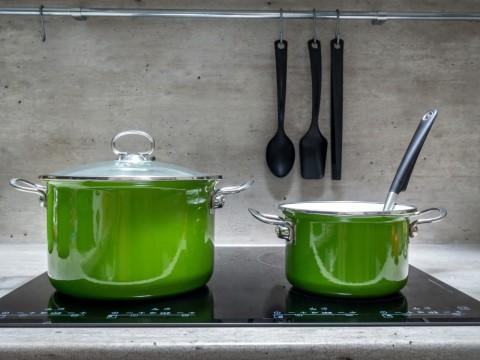 kuchenka-indukcyjna-z-dwoma-zielonymi-garnkami