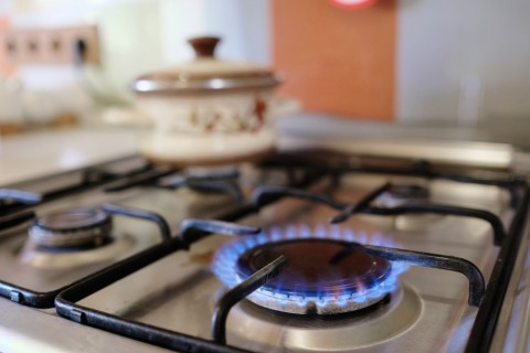wlaczone-palniki-na-kuchence-gazowej