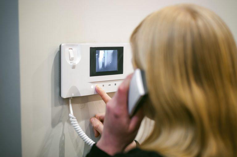 Dzwonek do drzwi bezprzewodowy klasyczny, bezprzewodowy czy z wideo w który warto zainwestować?