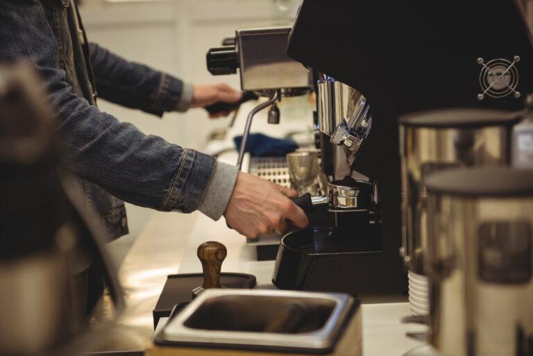 Odkamienianie ekspresu do kawy – jak uniknąć błędów?