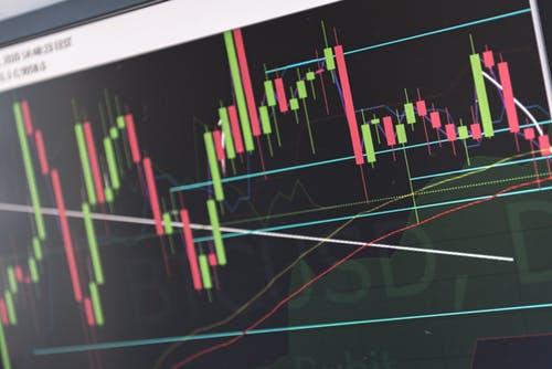 Dlaczego lepiej inwestować w akcje niż trzymać pieniądze na koncie?